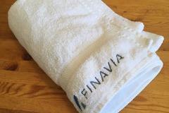 Myydään: Large fluffy white bath towel