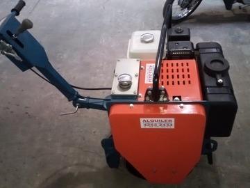 En alquiler: Rodillo vibratorio autopropulsado con motor Honda