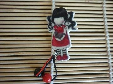 Vente au détail: Broche petite fille en rouge et noire portant son chat.