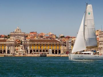 Rent per 2 hours: Lisbon view from the Tagus river