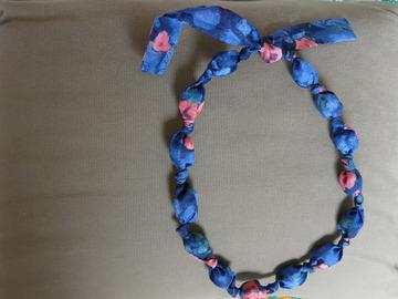 Vente au détail: collier en boules de tissus vintage imprimé bleu vif