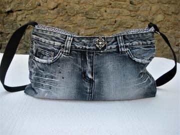Vente au détail: Sac à bandoulière réalisé à partir d'une jupe en jean
