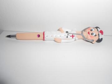 Vente au détail: 1 stylo bille recostumisé Infirmière en pate polymère / fimo
