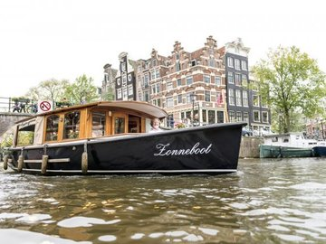Rent per 1,5 hour: Zonneboot - Luxury electric saloon boat - 12 people