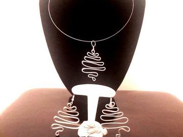 Sale retail: parure argentée collier+boucles d'oreille+bague