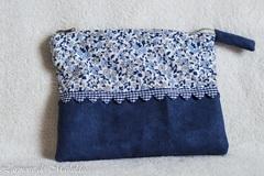 Vente au détail: Trousse liberty bleue et blanche 21 cm par 15 cm