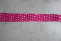 Vente au détail: ruban biais rose fuschia à poids blancs