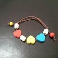 Vente au détail: bracelet enfant avec perles coeur en bois colorés