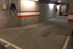 Päivälistaukset: Autohallipaikka, sisäänajo Yliopistonkadun puolelta.
