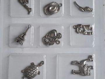 Vente au détail: pendentifs enfants argentés asst x 8