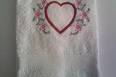 Vente: Serviette éponge blanc coeur brodé avec des fleurs