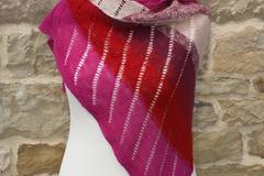 """A vendre:  """" Flamboyant """" chale asymétrique en merinos rose rouge grad"""