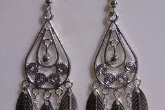 Vente au détail: Boucles d'oreilles longue argenté, perles et chaîne fine