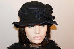 Vente au détail: Chapeau noir hiver bourdonné de bleu Camillia 14