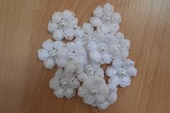 Vente au détail: fleurs blanches crochet  perles