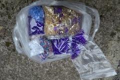Ilmoitus: Iso kasa erikokoisia pieniä timantteja (muovia)