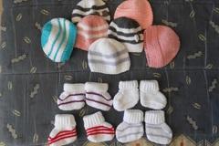 Troc My Stock - Vente en LOTS: 7 bonnets 4 chaussons nouveau né,maternité/7 bonnets pour bé