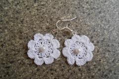 Vente au détail: boucles d'oreilles fleur blanches