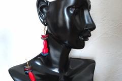 Vente au détail: Boucles d'oreilles en bois rouge asymétriques. Modèle unique
