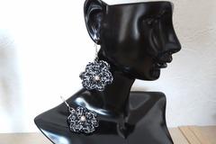 """Vente au détail: Boucles d'oreilles """"so chic"""" fleurs crochetées noir/argent."""