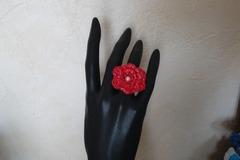 Vente au détail: Bague rouge, crochetée main. Création unique