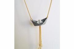 Vente au détail: Collier sautoir bateau origami bleu à pois doré
