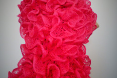 """Vente au détail: Echarpe """"froufrou"""" rose fuchsia tricotée"""