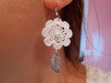 Vente au détail: boucles d'oreilles fleur blanche coton au crochet!.rigide