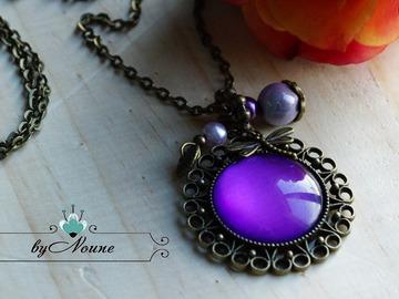 Vente au détail: Collier sautoir cabochon violet lumineux et libellule