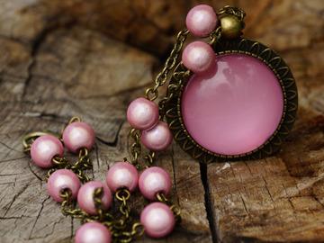 Vente au détail: Collier en bronze cabochon rose nacré et perles miracle rose