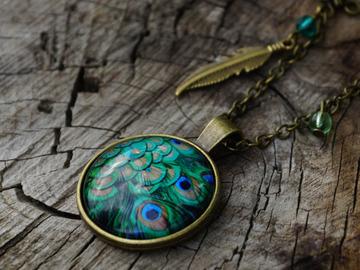 Vente au détail: Collier en bronze cabochon plume de paon et perles vertes