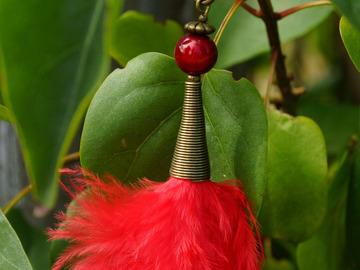 Vente au détail: Porte-clef bronze, perle miracle et plume rouge
