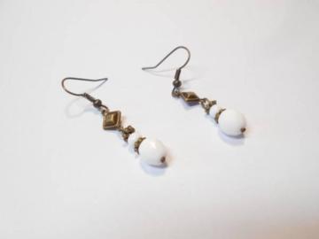 Vente au détail: Boucles d'oreilles pendantes perles verre boheme blanc et ca