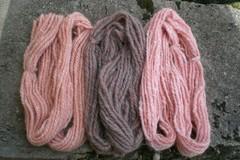 A vendre: Trois douceurs (laine filée à la main, teinture végétale)