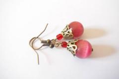 Vente au détail: boucles d'oreilles pendantes perles oeil de chat fuchsia
