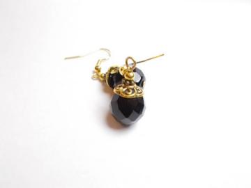 Vente au détail: Boucles d'oreilles verre boheme noir, calottes métal doré