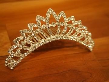 Ilmoitus: Kaunis tiara vaikka morsiustytölle.