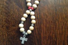 Vente au détail: Pendentif croix en argent et perles en bois