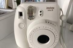Ilmoitus: Vuokrataan valkoinen polaroidkamera, instax mini 8