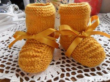 Vente au détail: Chaussons bébé tricoter en laine acrylique jaune moutarde