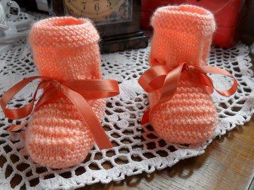 Vente au détail: Chaussons bébé tricoter en laine acrylique couleur pèche
