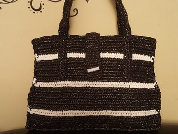 Vente au détail: Un sac à main tricoté avec des sachets plastiques recyclés
