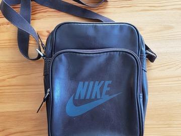 Myydään: Nike Small Travel Bag - Dark Brown
