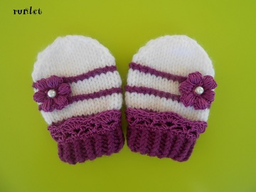 Vente au détail: moufles bébé 0-1mois, tricoté main .merinos laine fleur