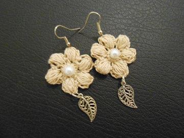 Vente au détail: Boucles d'oreille fleur beige au crochet/bijoux au crochet