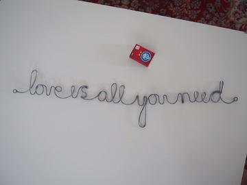 Ilmoitus: Rautalankakirjoitus Love is all you need -koriste