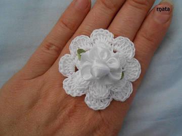 Vente au détail: Bague fleur blanc,bague au crochet