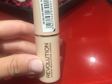 "Venta: Base de maquillaje stick ""MAKE UP REVOLUTION LONDON"" tono F4"