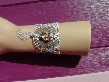 Vente au détail: Bracelet dentelle blanche, noire, pendentif argenté