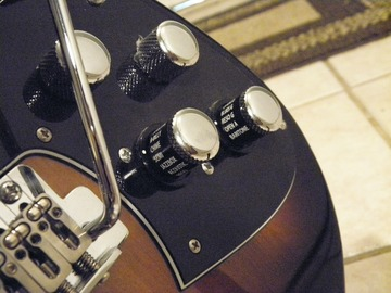 Renting out: Line 6 Variax Standard in Sunburst, w/cables and battery